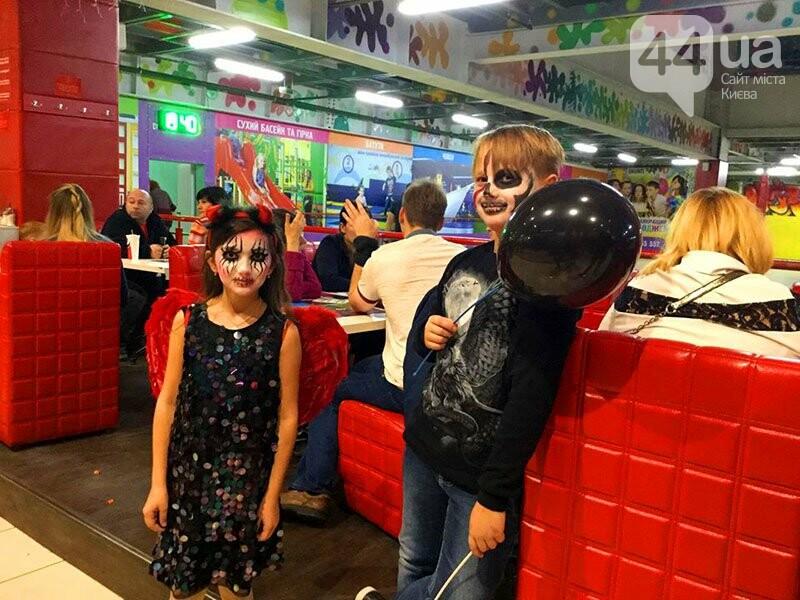 Хеллоуин в столичном ТРЦ: киевляне выстроились в очередь за метлами и шляпами, - ФОТО, ВИДЕО, фото-9