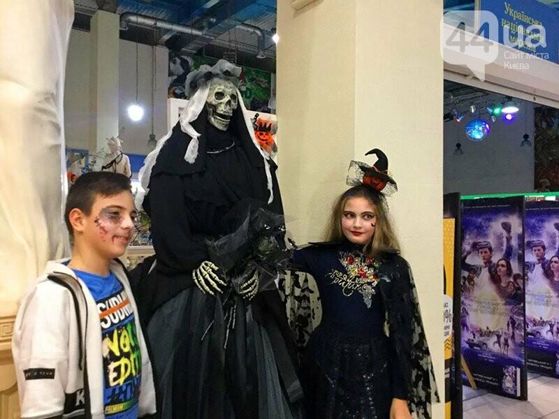 Хеллоуин в столичном ТРЦ: киевляне выстроились в очередь за метлами и шляпами, - ФОТО, ВИДЕО, фото-11