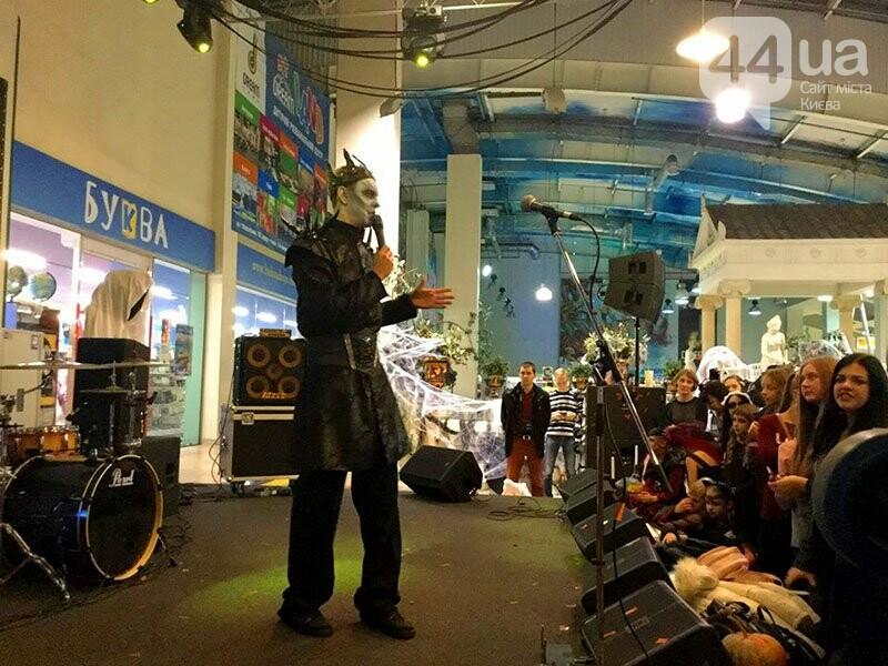 Хеллоуин в столичном ТРЦ: киевляне выстроились в очередь за метлами и шляпами, - ФОТО, ВИДЕО, фото-1