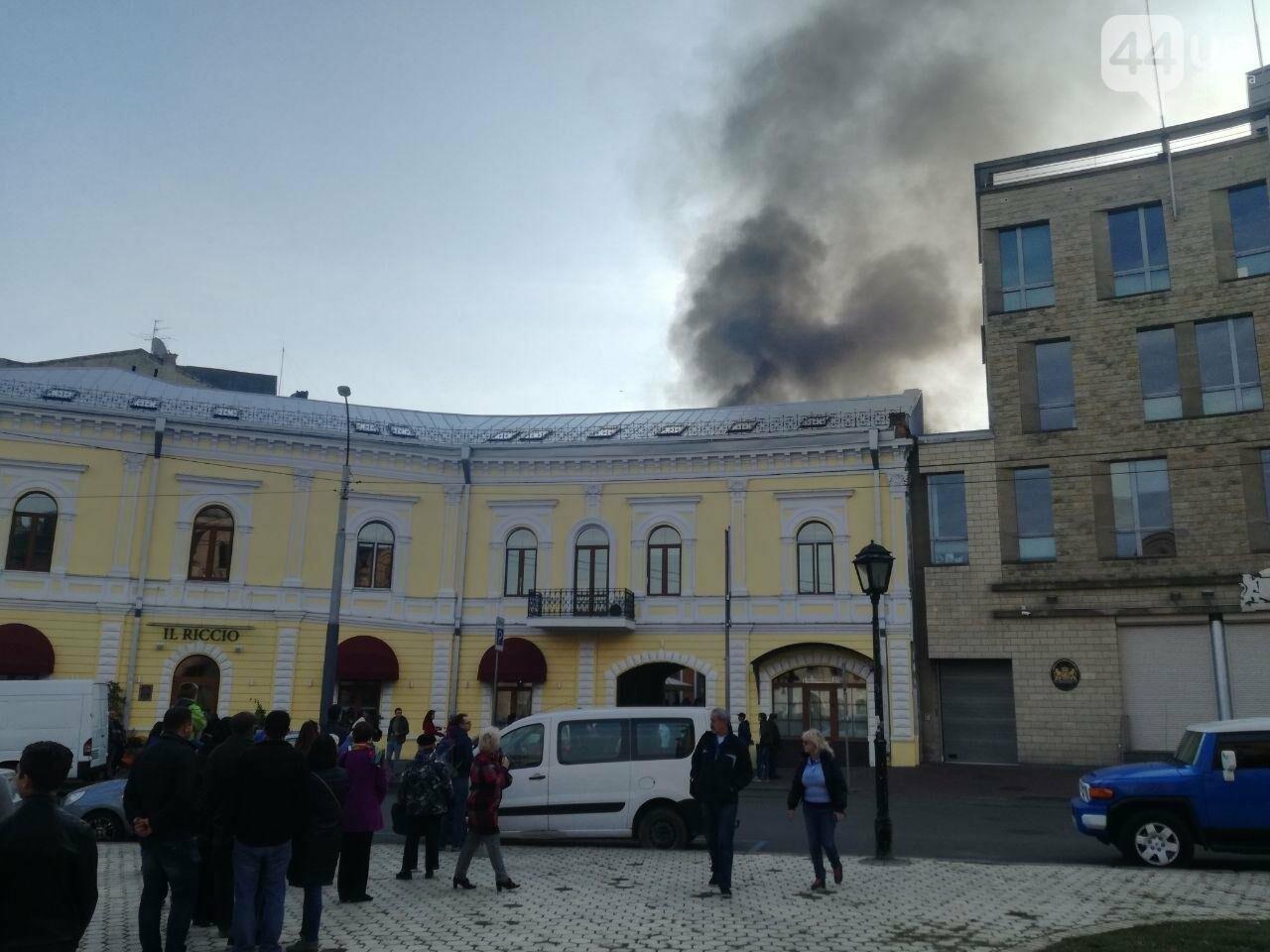 На Контрактовой площади произошел пожар, - ФОТО, ВИДЕО, фото-8