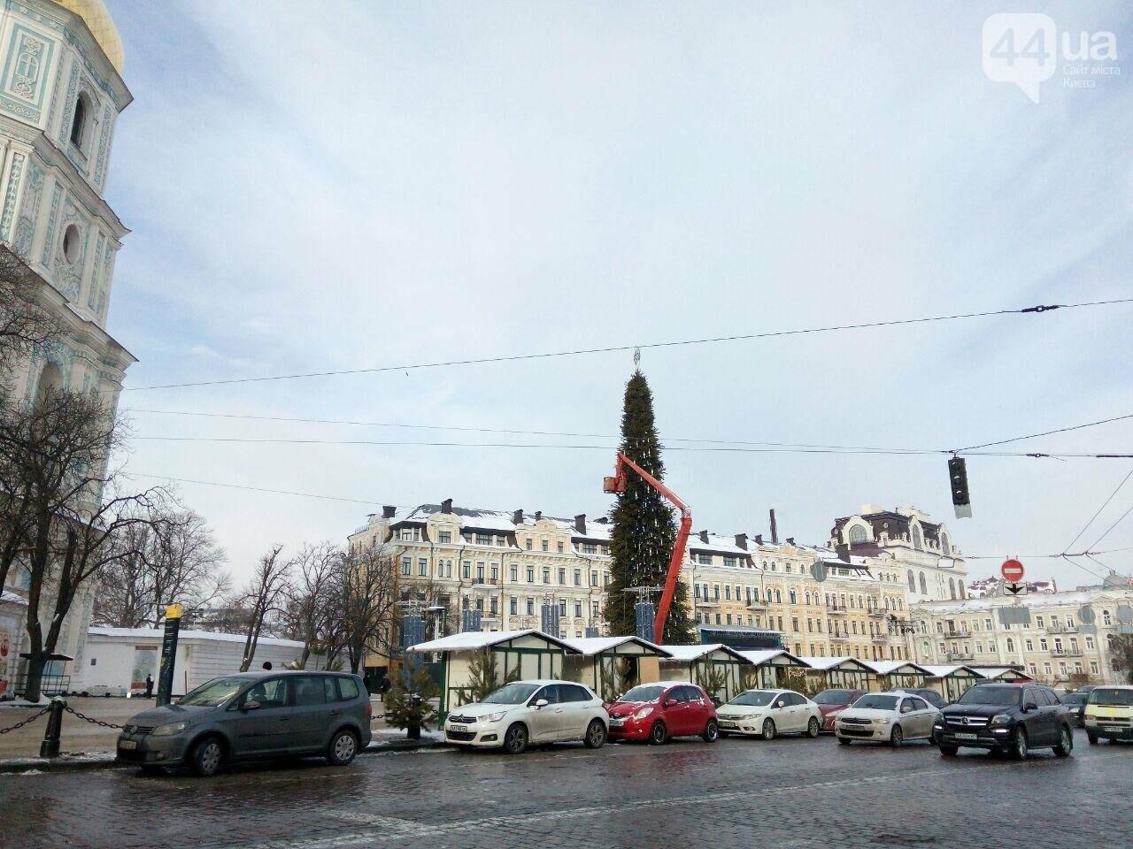 На Софийской площади начали разбирать главную елку страны, - ФОТО, фото-1