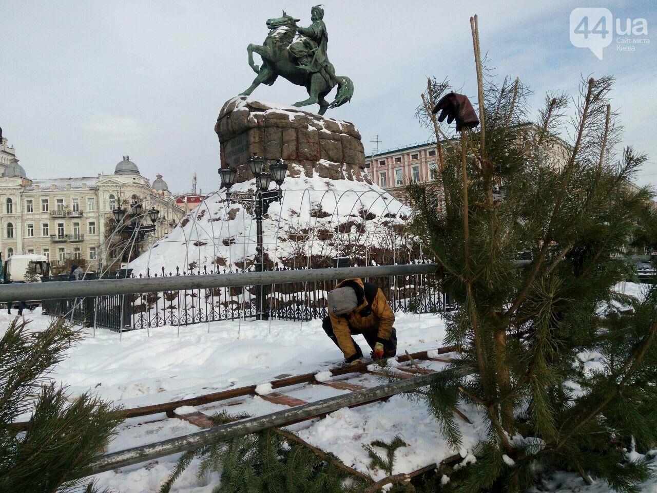 На Софийской площади начали разбирать главную елку страны, - ФОТО, фото-6