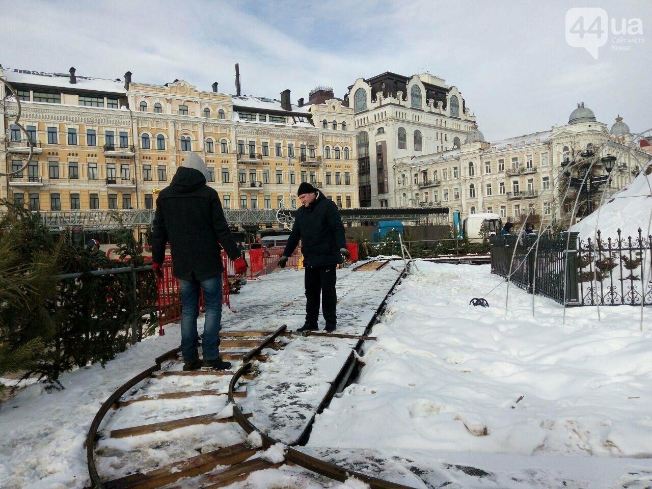 На Софийской площади начали разбирать главную елку страны, - ФОТО, фото-7