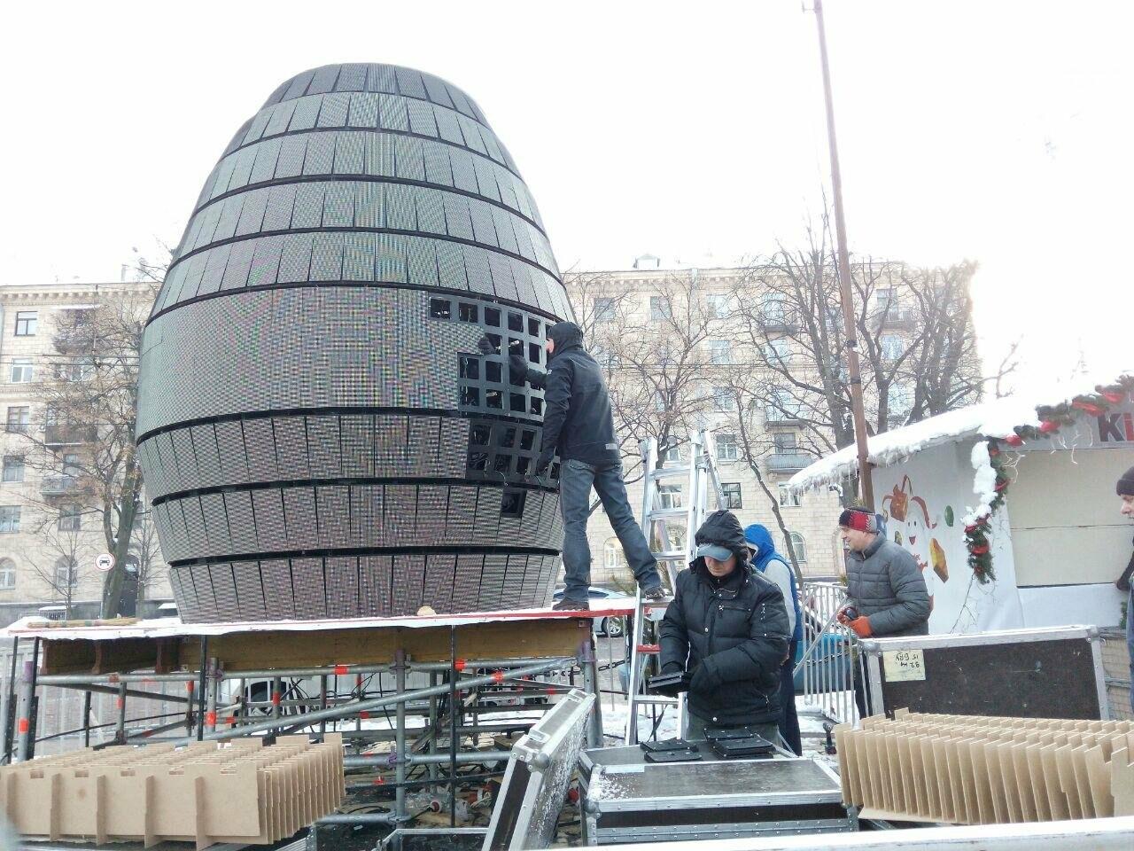 На Софийской площади начали разбирать главную елку страны, - ФОТО, фото-8