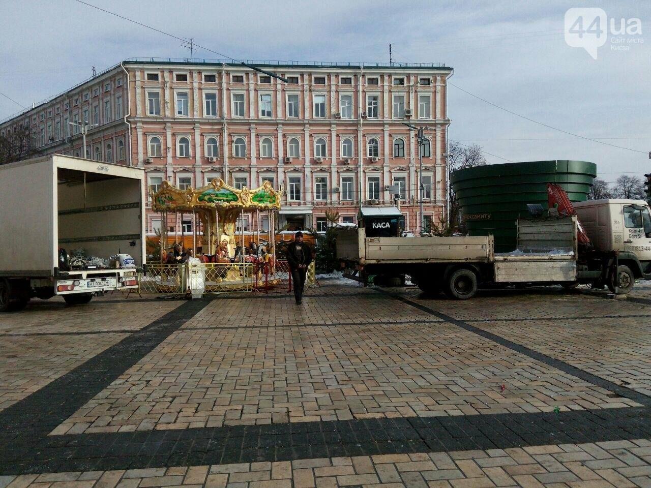На Софийской площади начали разбирать главную елку страны, - ФОТО, фото-9