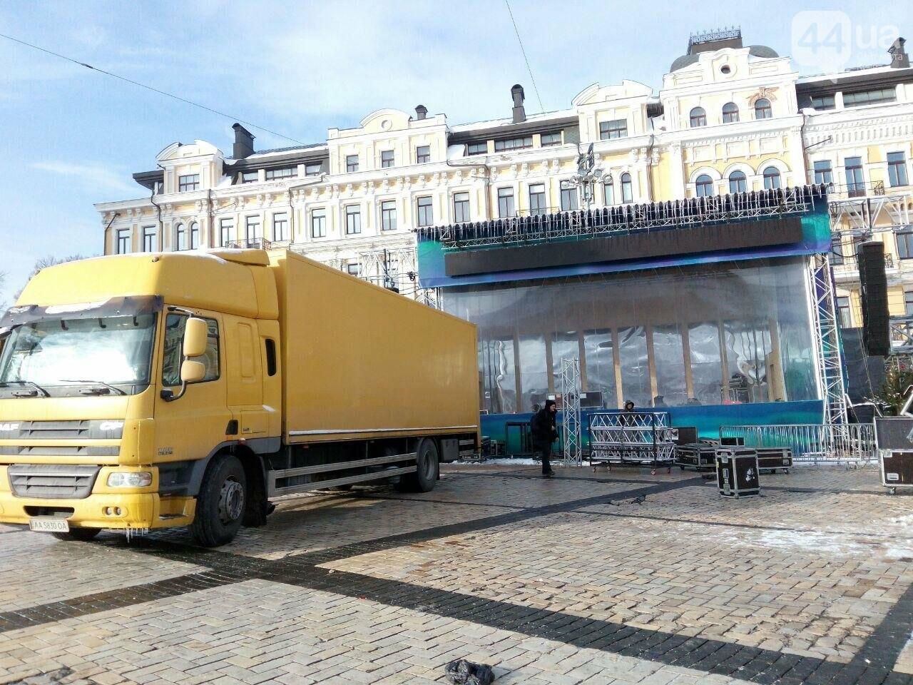 На Софийской площади начали разбирать главную елку страны, - ФОТО, фото-10