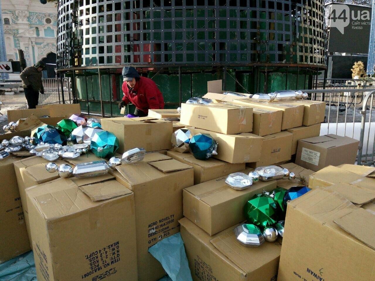 На Софийской площади начали разбирать главную елку страны, - ФОТО, фото-4