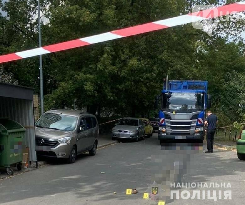 В Киеве мусоровоз на смерть сбил женщину, которая гуляла с ребенком, ФОТО, фото-1
