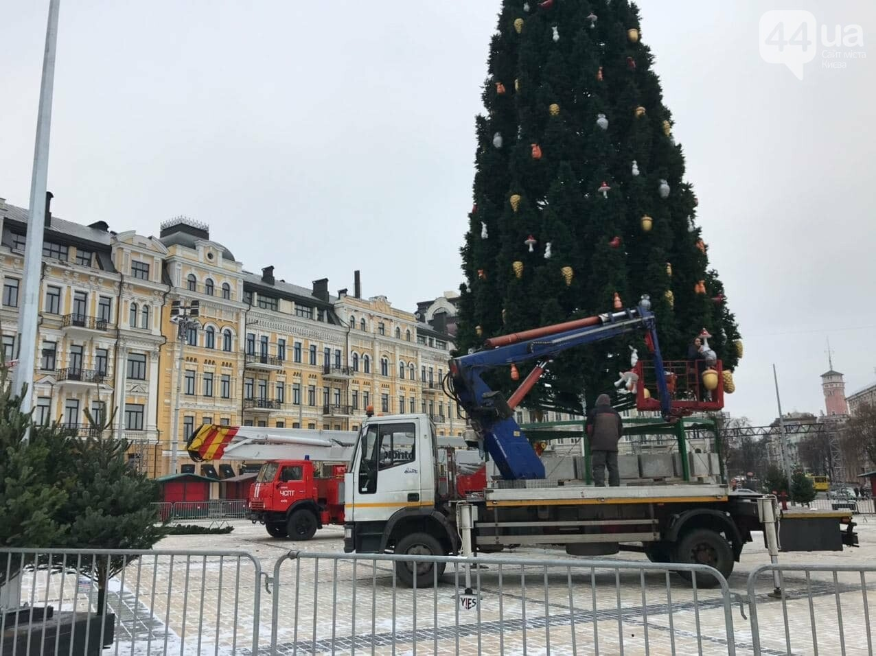 На Софийской площади Киева украшают новогоднюю елку, 44.ua