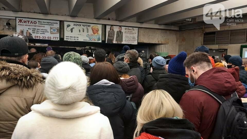 В Киеве закрывали две станции метро, из-за толкучек после открытия новогодней елки, ФОТО, фото-1
