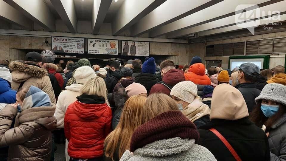 В Киеве закрывали две станции метро, из-за толкучек после открытия новогодней елки, ФОТО, фото-2