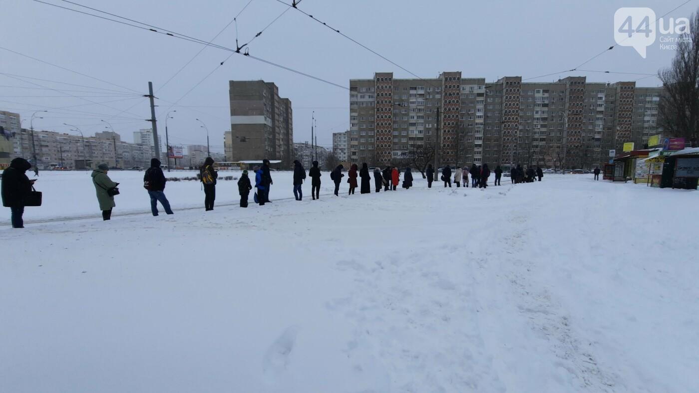Непогода в Киеве продолжается: улицы не успевают чистить от снега., Фото 44.ua.