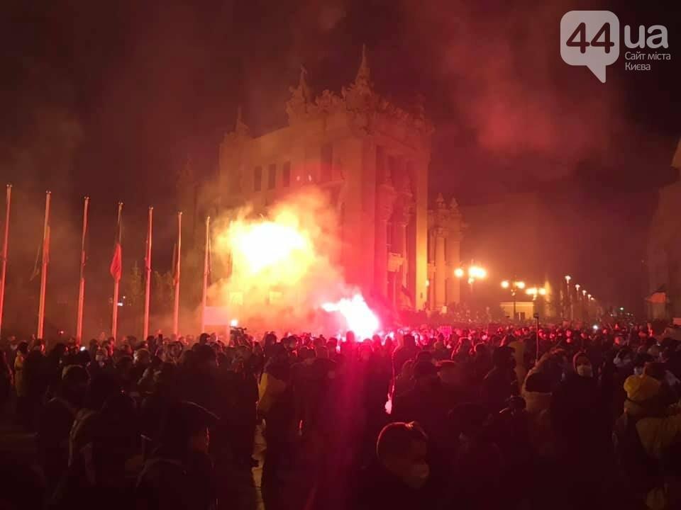 Сожгли табличку и разбили окна: акция в поддержку Стерненко переросла в беспорядки, - ФОТО, фото-1, Фото: 44.ua