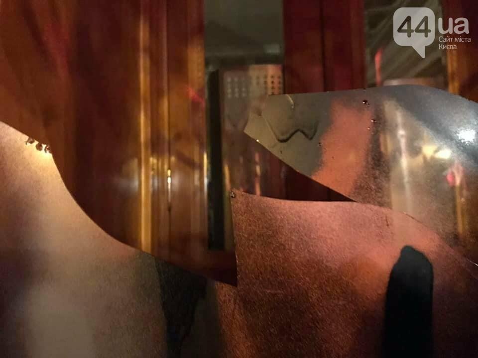 Сожгли табличку и разбили окна: акция в поддержку Стерненко переросла в беспорядки, - ФОТО, фото-5, Фото: 44.ua