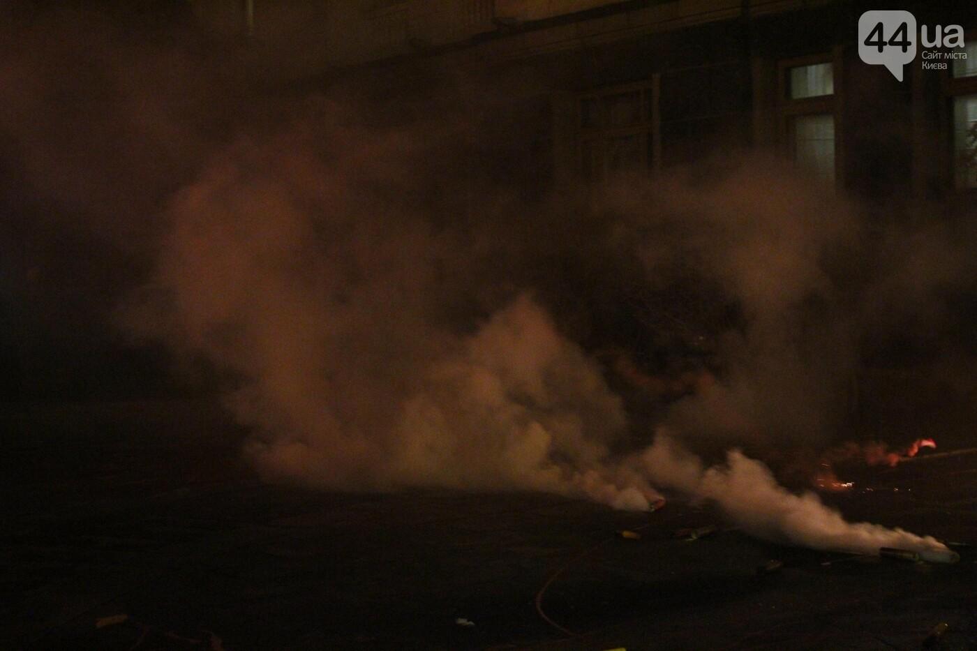 Сожгли табличку и разбили окна: акция в поддержку Стерненко переросла в беспорядки, - ФОТО, фото-11, Фото: 44.ua