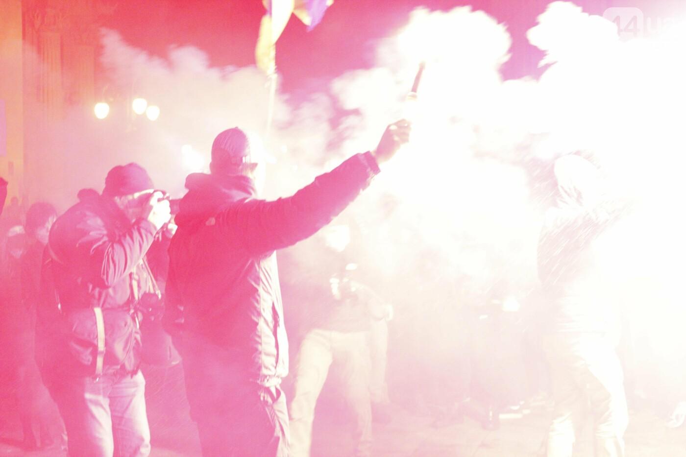 Сожгли табличку и разбили окна: акция в поддержку Стерненко переросла в беспорядки, - ФОТО, фото-13, Фото: 44.ua