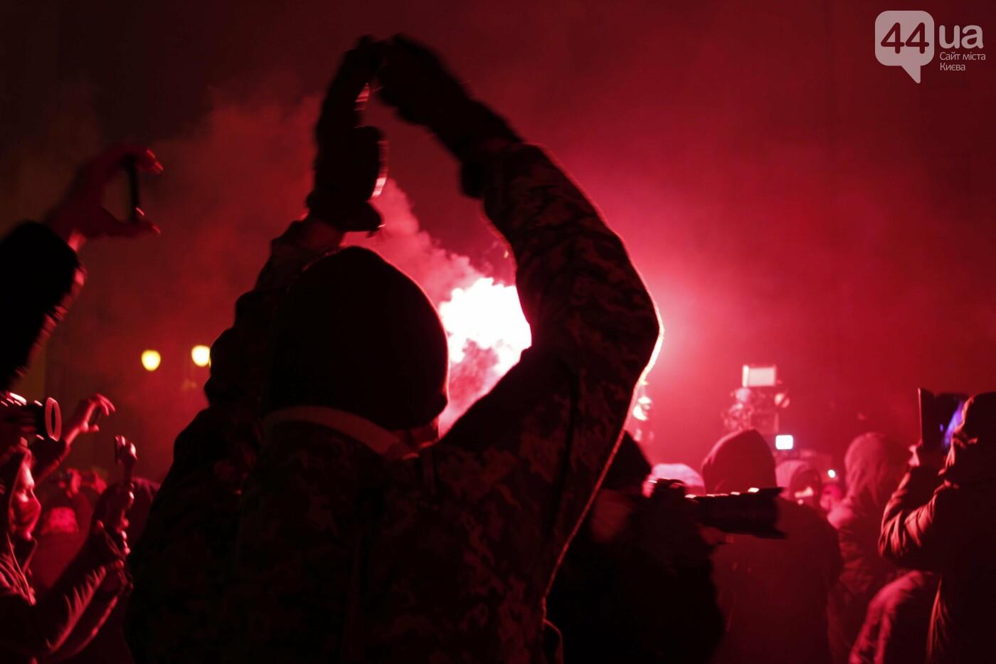 Сожгли табличку и разбили окна: акция в поддержку Стерненко переросла в беспорядки, - ФОТО, фото-12, Фото: 44.ua