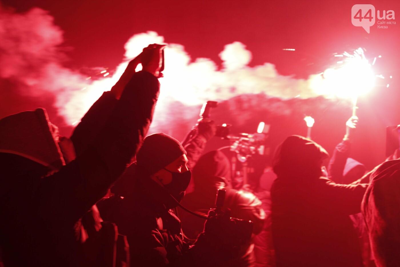 Сожгли табличку и разбили окна: акция в поддержку Стерненко переросла в беспорядки, - ФОТО, фото-15, Фото: 44.ua