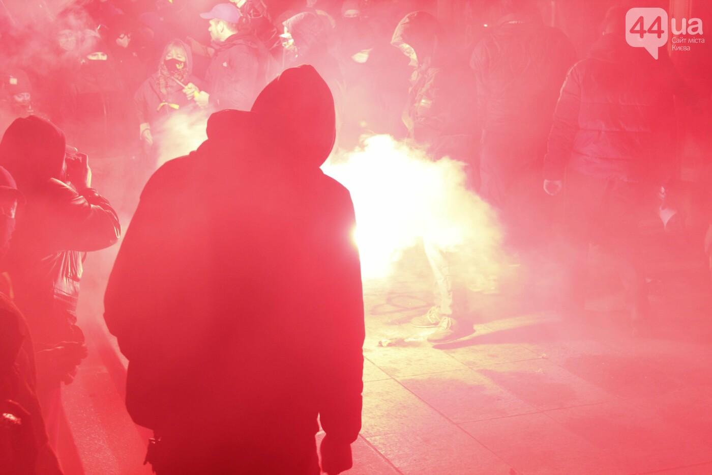 Сожгли табличку и разбили окна: акция в поддержку Стерненко переросла в беспорядки, - ФОТО, фото-17, Фото: 44.ua