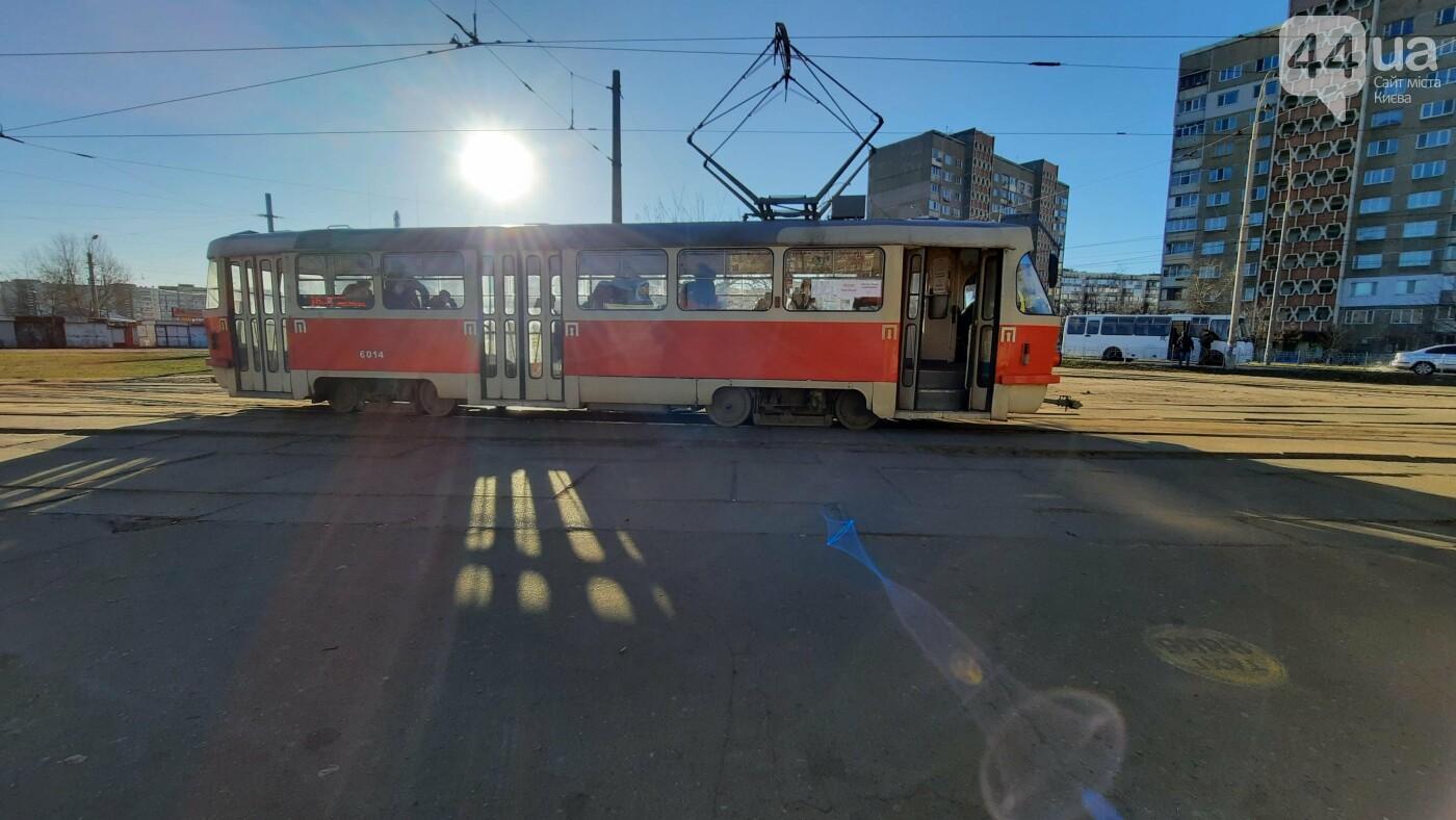 В Киеве трамваи ездят полупустыми, а маршрутки игнорируют карантин.