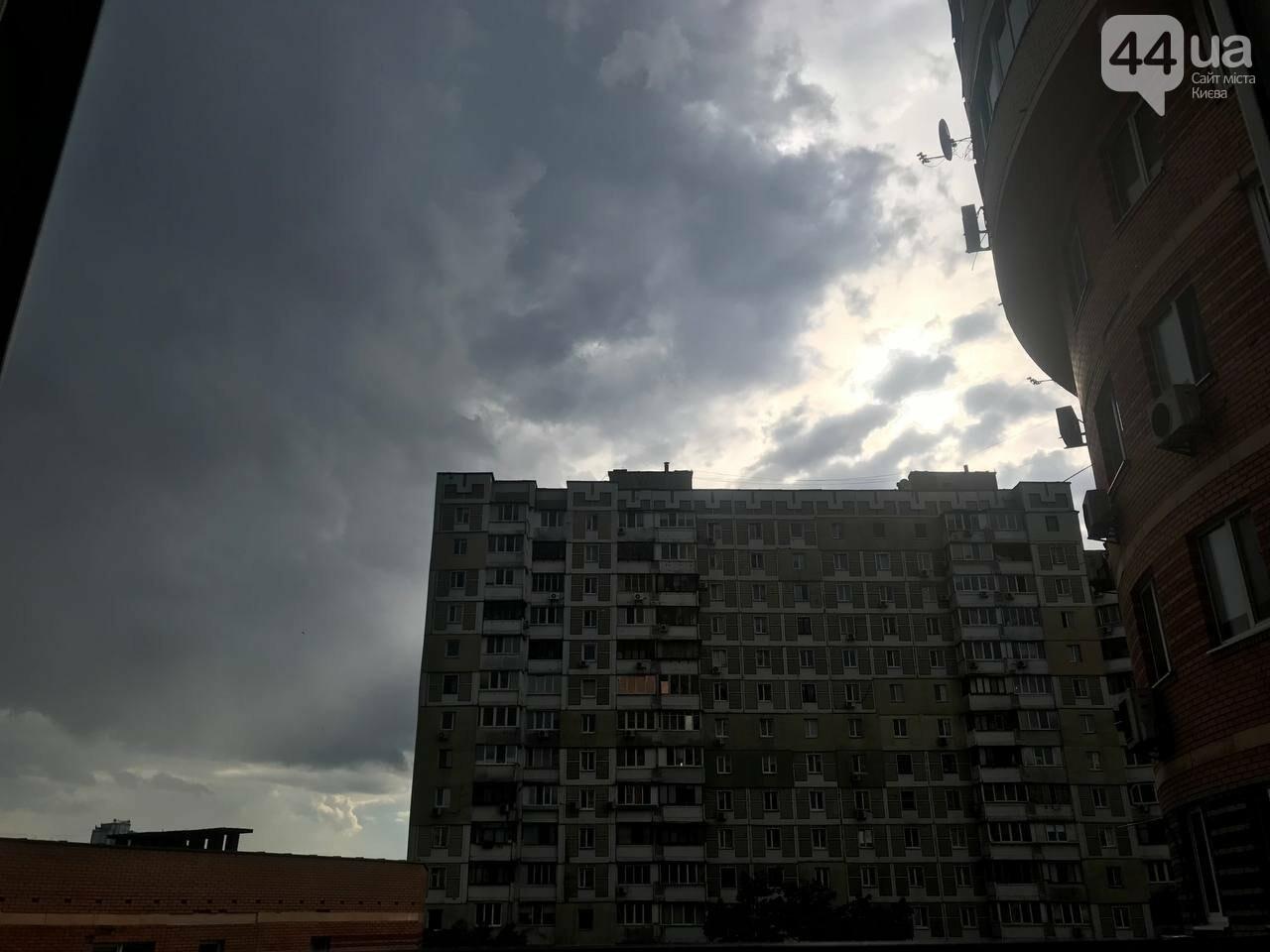 На столичных Осокорках прошел сильный дождь с градом, 44.ua