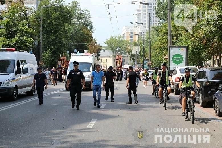 Полицейские контролировали порялок во время проведения религиозных мероприятий, Фото: Полиция Киева