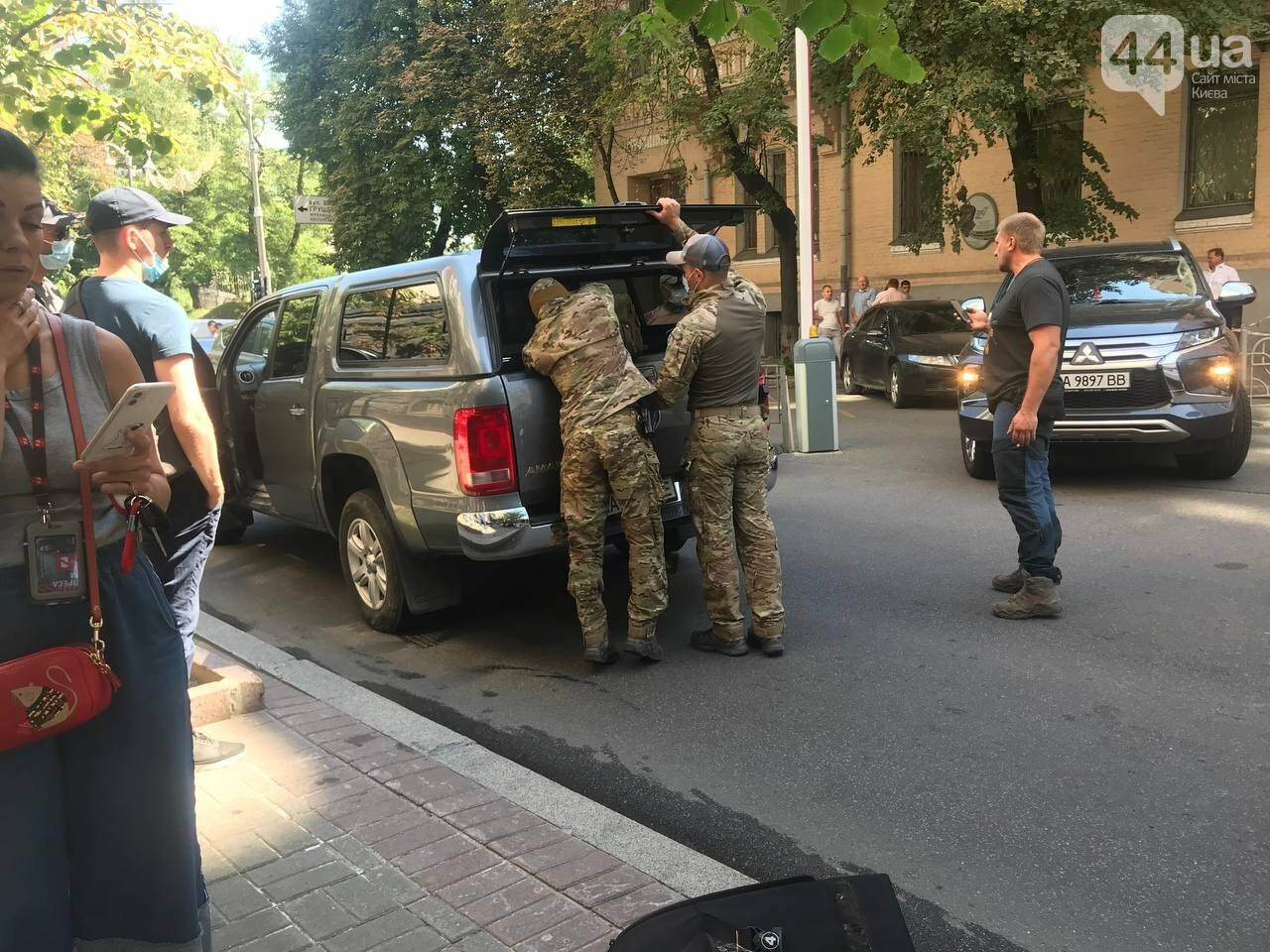 К Кабмину прибыли взрывотехники, место происшествия оградили
