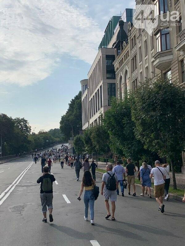 Люди идут на парад