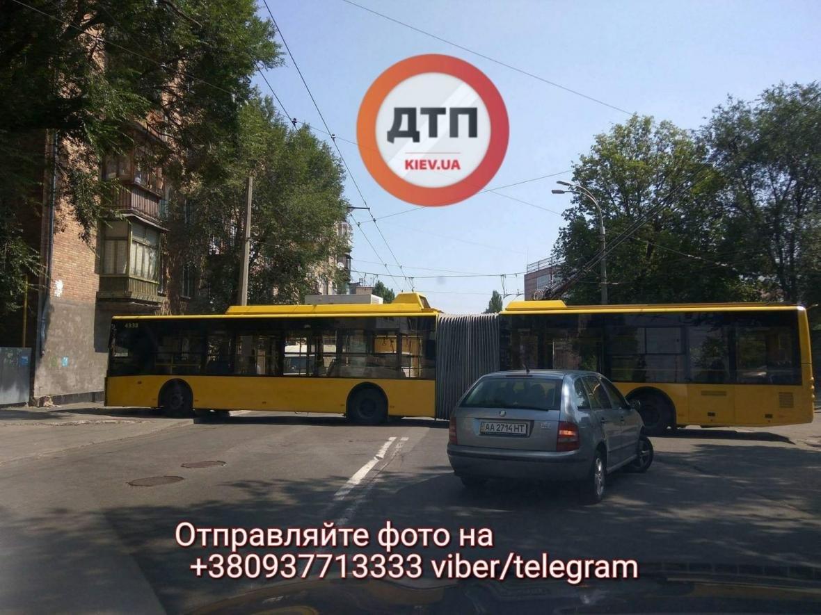 В Киеве троллейбус врезался в стену (ФОТО), фото-3