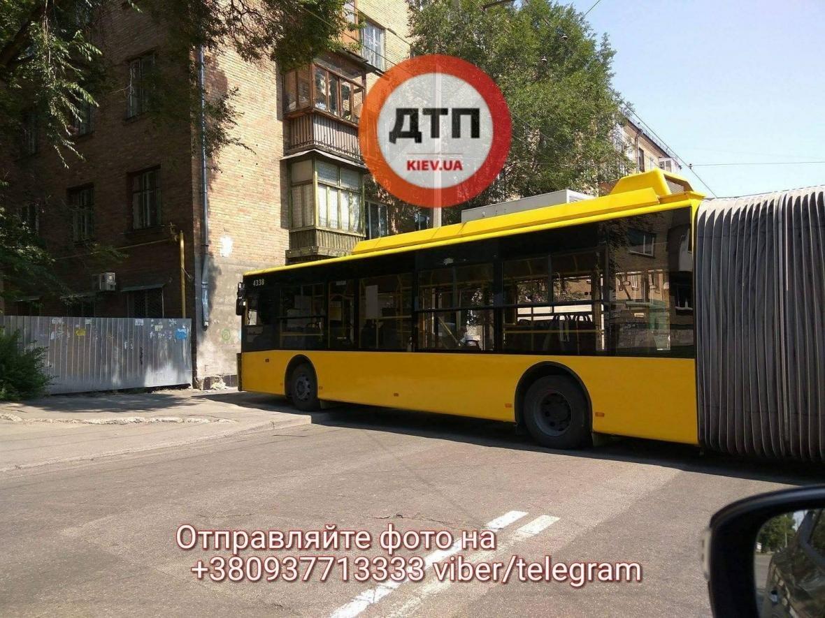 В Киеве троллейбус врезался в стену (ФОТО), фото-2