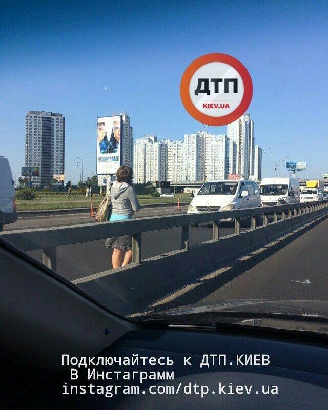 Пешком по встречной: киевлянку заметили на оживленной трассе (ФОТОФАКТ), фото-1