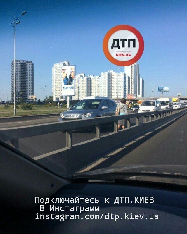 Пешком по встречной: киевлянку заметили на оживленной трассе (ФОТОФАКТ), фото-2