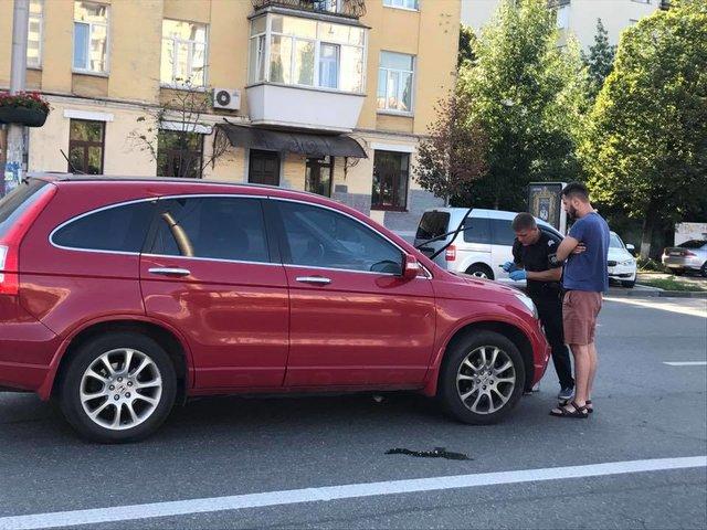 Киевлянин подрезал чужую машину и запрыгнул ей на капот, фото-1