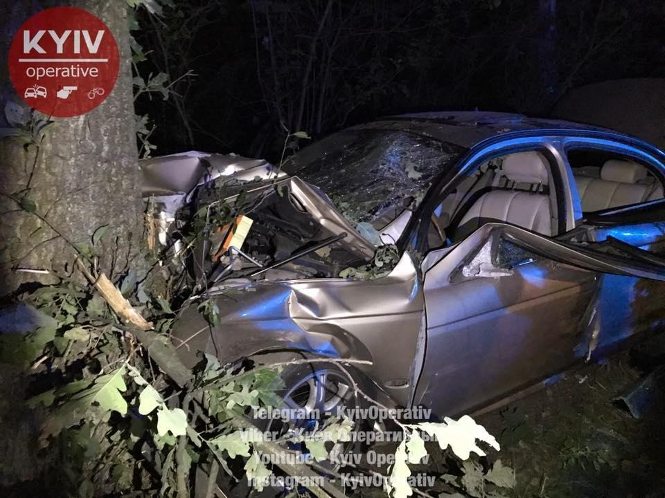 Под Киевом водитель Jaguar врезался в дерево: трое госпитализированы (ФОТО), фото-1