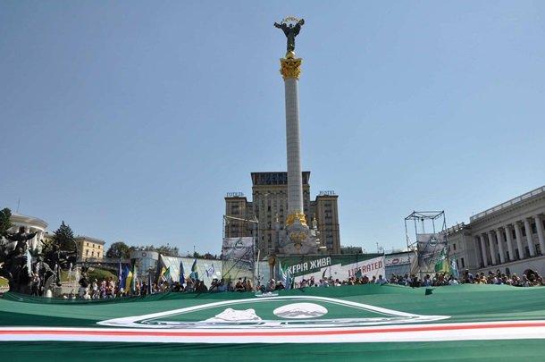 На Майдане развернули гигантский флаг непризнанной Ичкерии (ФОТО), фото-1