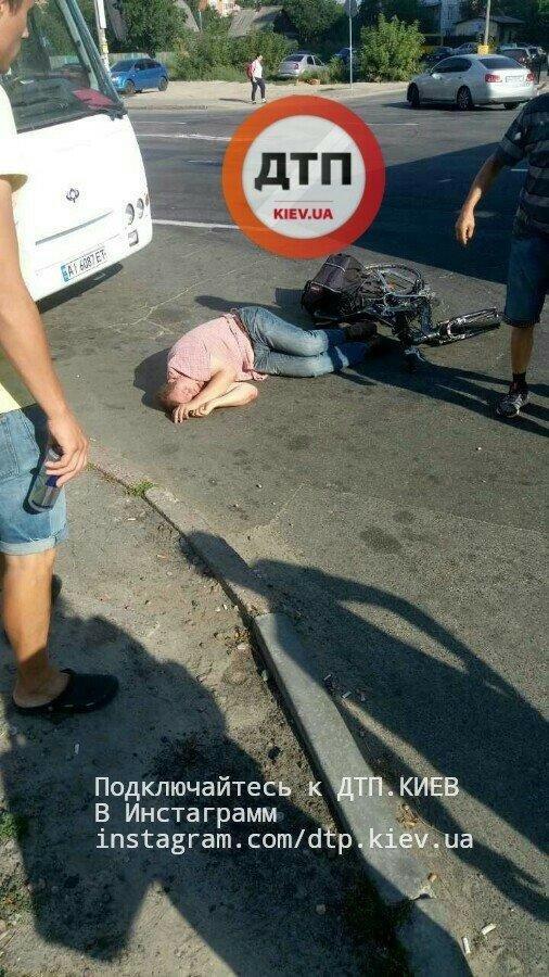 В Киеве велосипедист залетел под маршрутку (ФОТО), фото-4