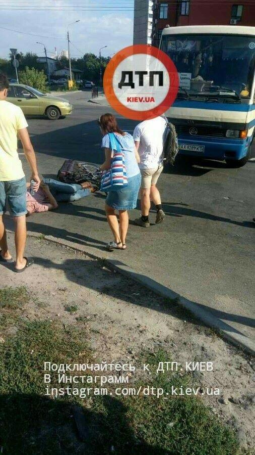 В Киеве велосипедист залетел под маршрутку (ФОТО), фото-3