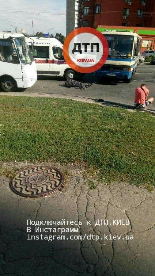 В Киеве велосипедист залетел под маршрутку (ФОТО), фото-2