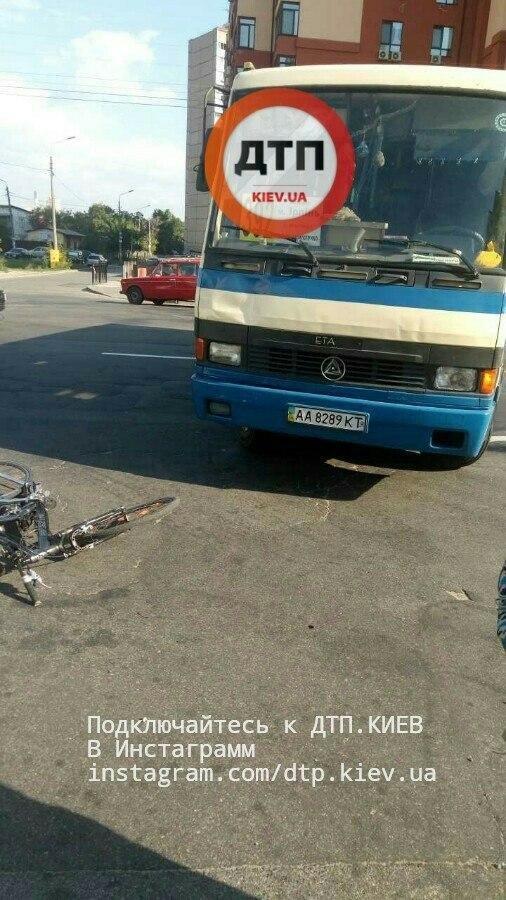 В Киеве велосипедист залетел под маршрутку (ФОТО), фото-1