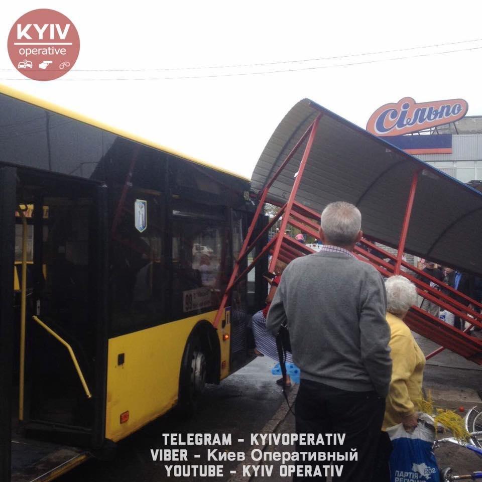 В Киеве автобус протаранил остановку (ФОТО), фото-1