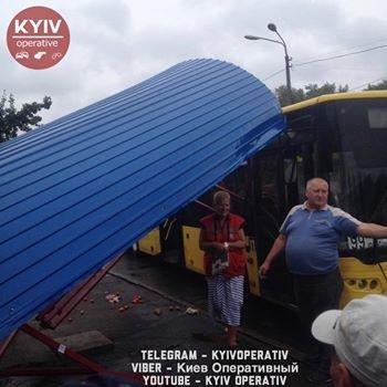 В Киеве автобус протаранил остановку (ФОТО), фото-2
