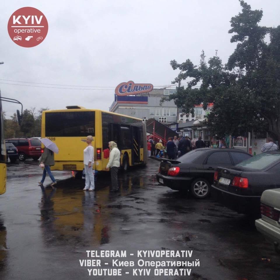 В Киеве автобус протаранил остановку (ФОТО), фото-3