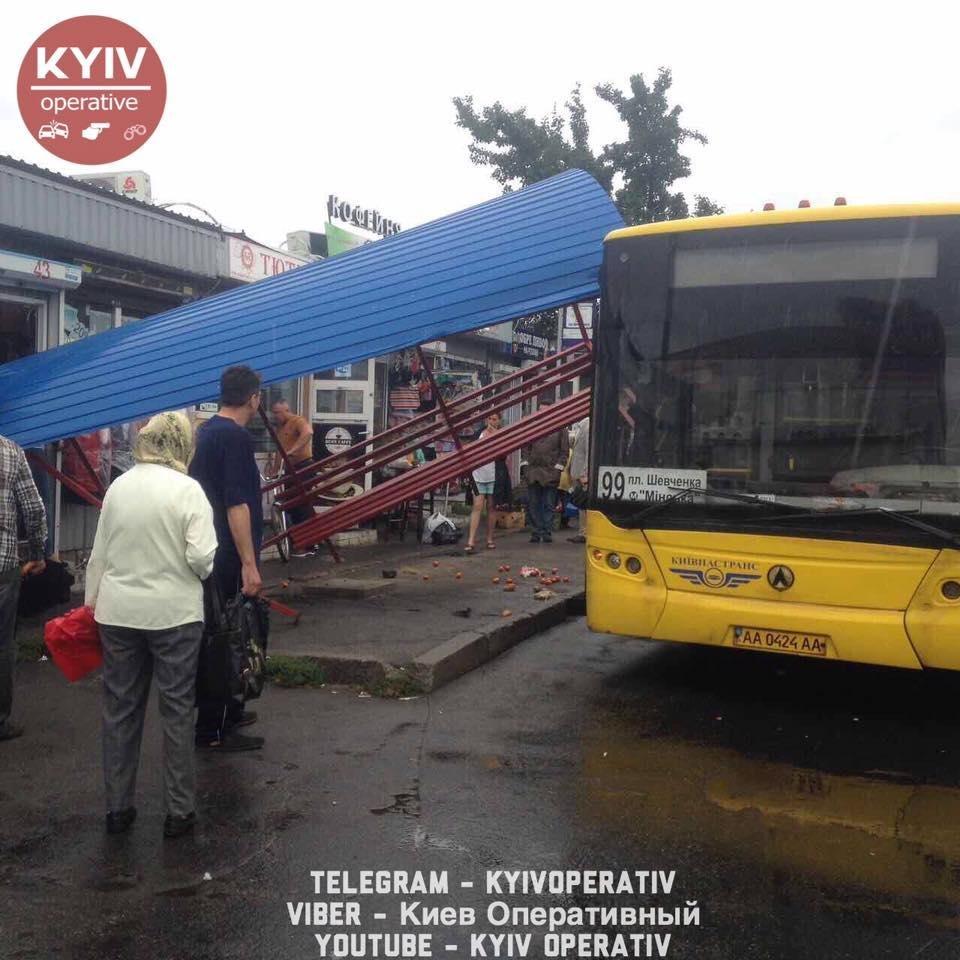 В Киеве автобус протаранил остановку (ФОТО), фото-4