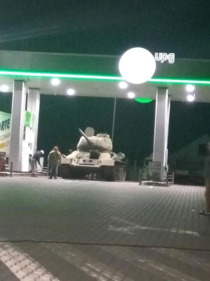 На заправке под Киевом заметили танк, фото-1