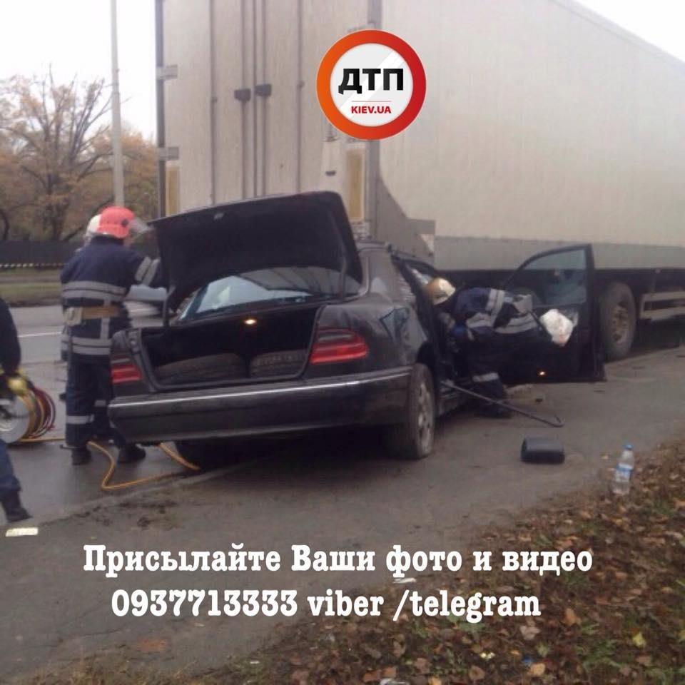 В Киеве Mercedes въехал под фургон: водителя из авто доставали спасатели (ФОТО), фото-3