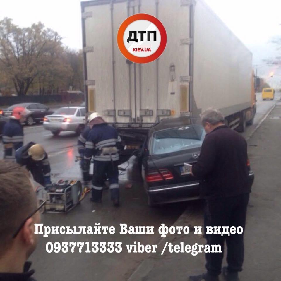 В Киеве Mercedes въехал под фургон: водителя из авто доставали спасатели (ФОТО), фото-2