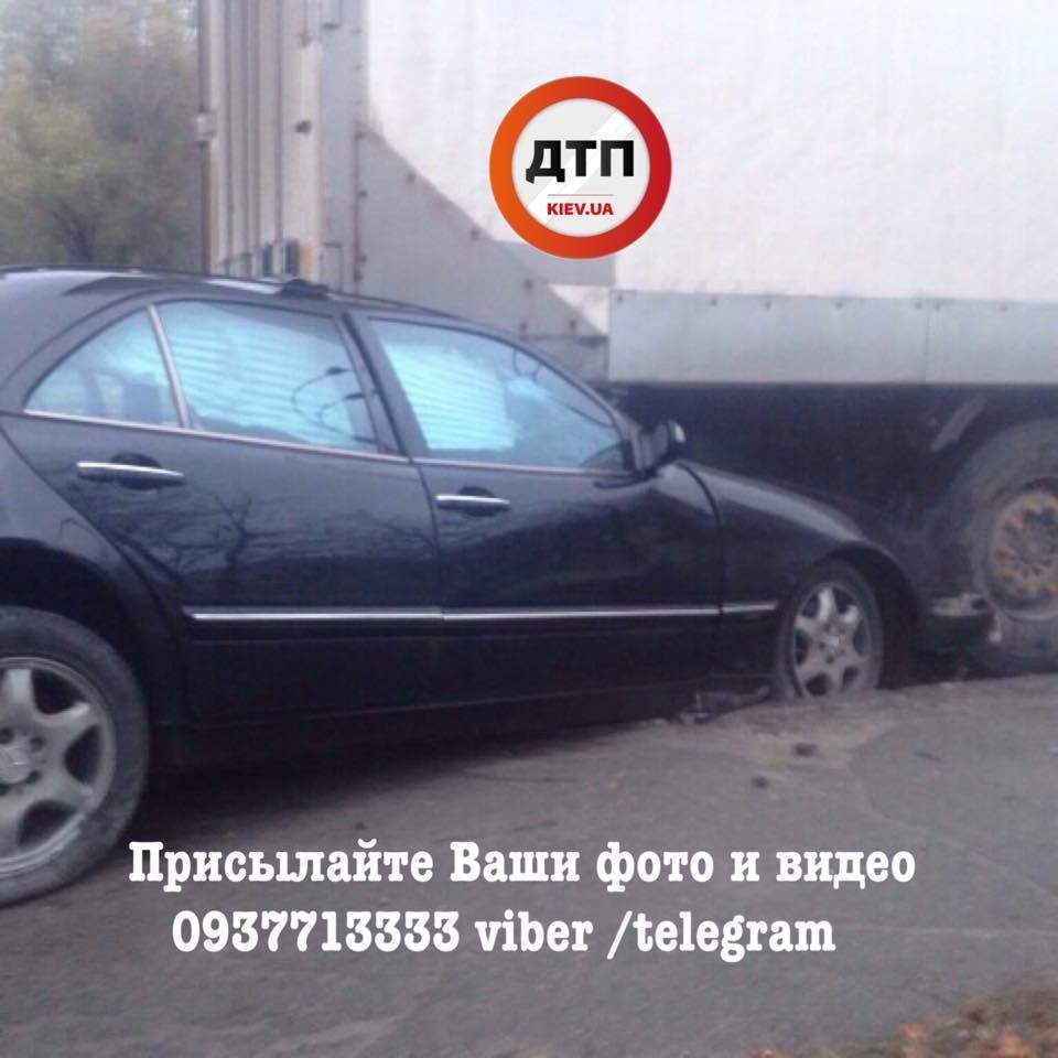 В Киеве Mercedes въехал под фургон: водителя из авто доставали спасатели (ФОТО), фото-1