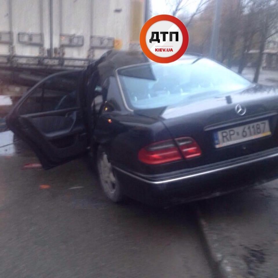 В Киеве Mercedes въехал под фургон: водителя из авто доставали спасатели (ФОТО), фото-4