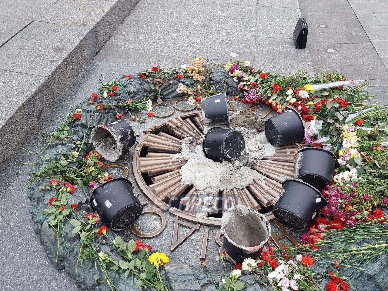 В Киеве разрушили Вечный огонь, фото-1
