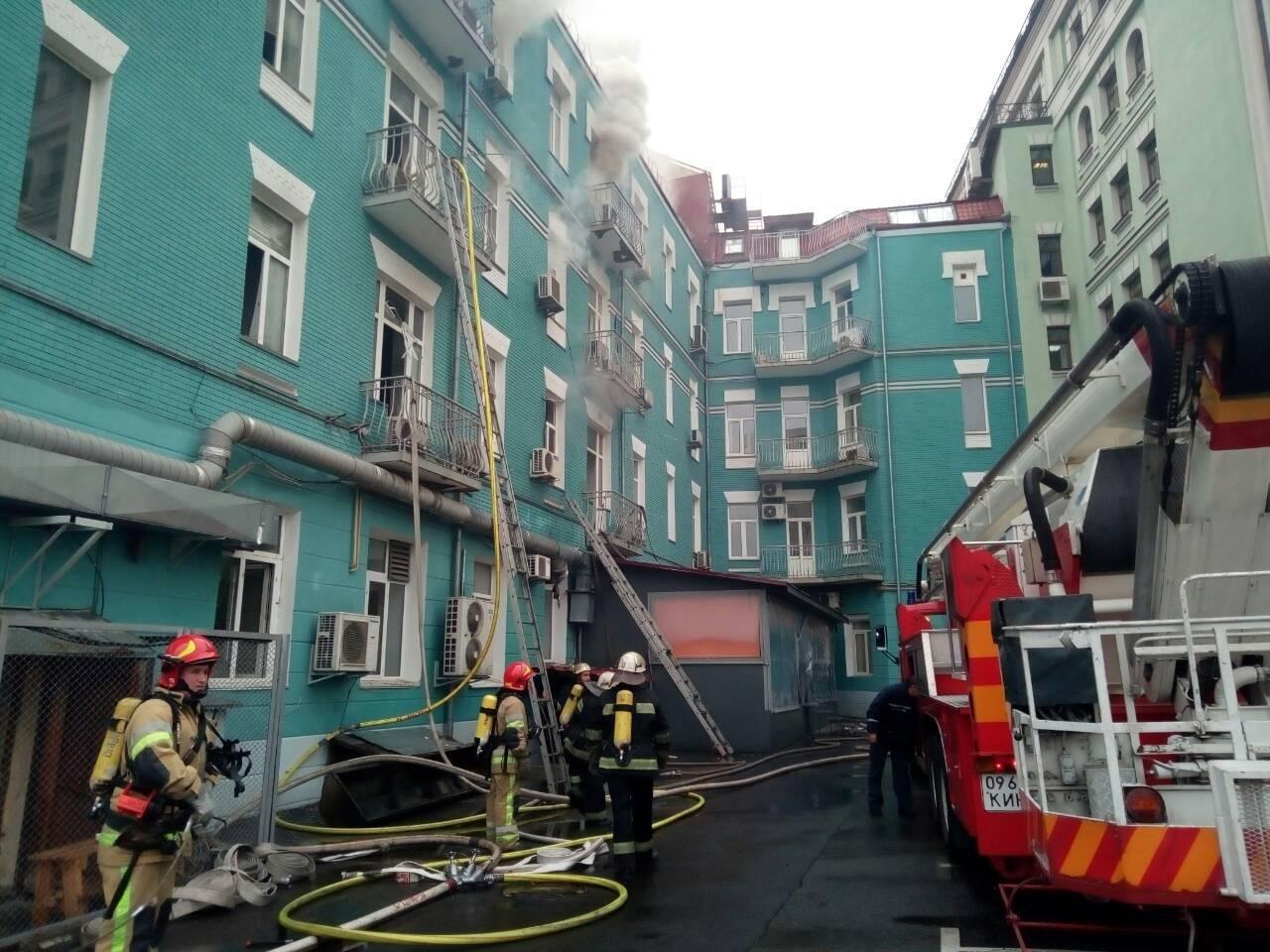 В Киеве из-за пожара перекрыли движение, фото-1